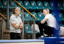 Mark Meijer, technisch directeur KNGU, in gesprek met coach Vincent Wevers (rechts).