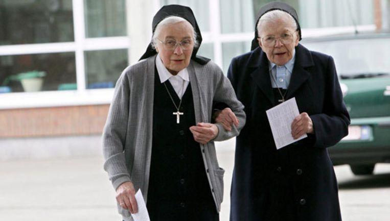 Twee Belgische nonnen arriveren gearmd bij een kieslokaal. Foto: EPA/Lieven Van Assche Beeld