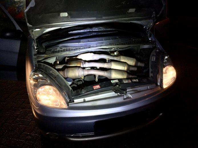 In maart hield de politie in Doetinchem twee mannen aan, die onder de motorkap van hun auto drie gestolen katalysatoren verborgen hielden.