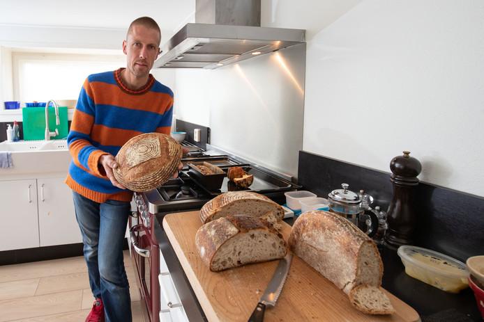 Gerwin Brand, die jarenlang als kok in buitenlandse restaurants werkte, wil een ambachtelijke bakkerij van zuurdesembrood beginnen in het Vechtdal met een winkel in Zwolle.