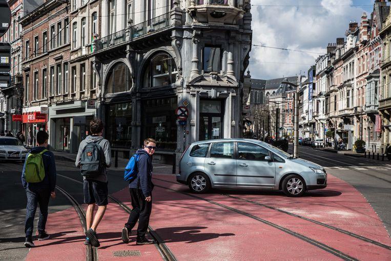 Ter hoogte van de Vlaanderenstraat en de Brabantdam begingen bestuurders overtredingen, voor een keertje zonder gevolgen.  Beeld Bas Bogaerts