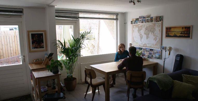Teun van de Keuken op bezoek bij Marieke die voor haar woning van nog geen 40 vierkante meter 1.100 euro per maand betaalt. Beeld