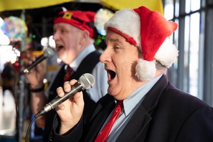 Alle klassiekers komen langs bij de zingende NS-medewerkers op station Nijmegen.