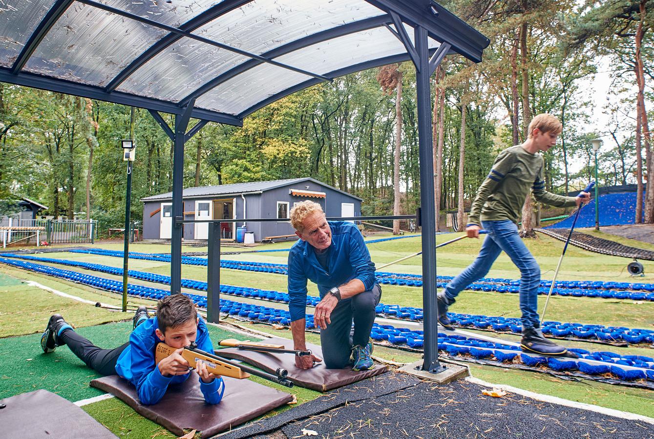 Langlaufvereniging Bedaf in Uden heeft nu een overkapping bij het biatlonveld. Lukas Jakobs oefent onder toeziend oog van docent Wim Ketelaars, rechts Lars Hamelijnck op de baan.  Fotograaf: Van Assendelft/Jeroen Appels