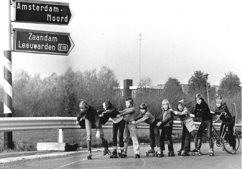 Kinderen spelen op straat tijdens een autoloze zondag in 1973.