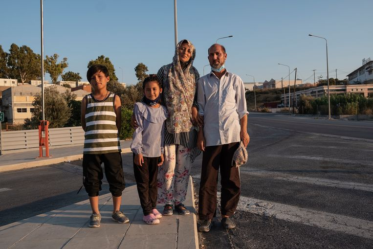 Sayed en Fatima Sadat met hun gezin.  Beeld Giulio Piscitelli / de Volkskrant