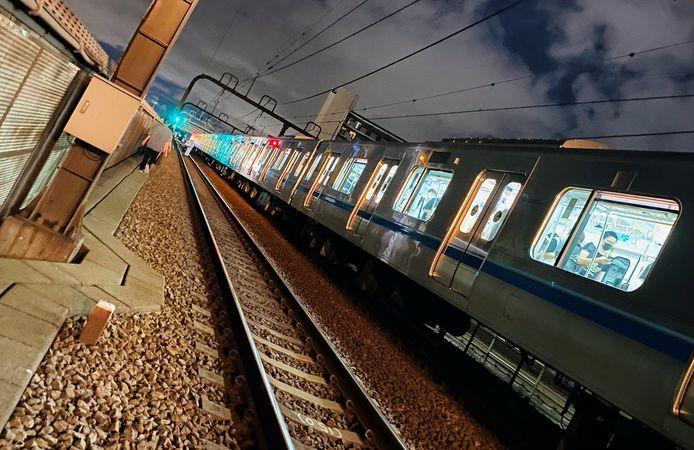 Reizigers verlaten de trein via het spoor na de mesaanval in de trein.