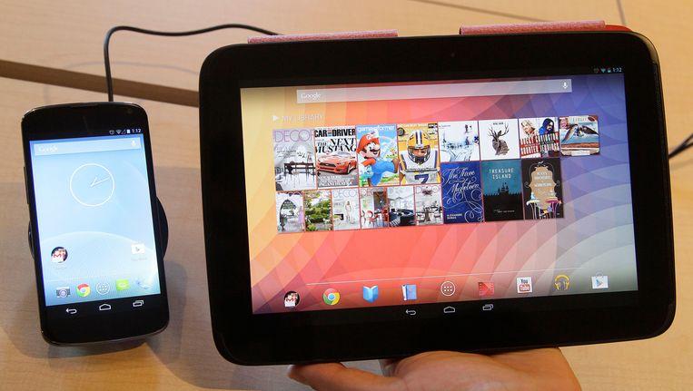 De Nexus 4-smartphone en de Nexus 10-tablet. Beeld AP