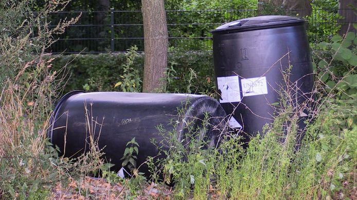 Bij de voetbalvereniging Vogido zijn vaten gedumpt, waar mogelijk drugsafval in zit.