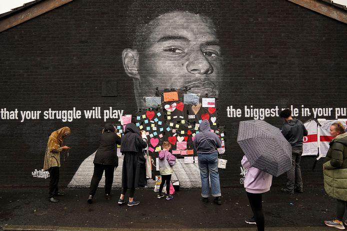 Een muurschildering van Rashford in Withington (Manchester) werd door vandalen beklad, maar buurtbewoners gingen hartjes en liefdevolle boodschappen ophangen voor Rashford.
