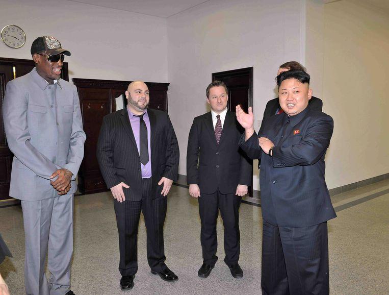 Dennis Rodman (links) en Kim Jong-un (rechts) in 2014, tijdens één van zijn bezoeken aan Noord-Korea.  Beeld EPA