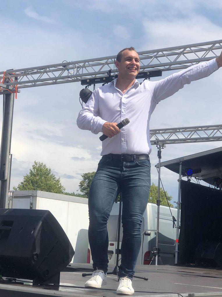 Zanger Jonathan Hunninck uit Haaltert in actie op het podium.