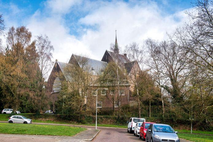 In de monumentale Sint Jozefkerk en pastorie komen een supermarkt en studio's. In het parkje erachter verrijst een complex met 35 appartementen.