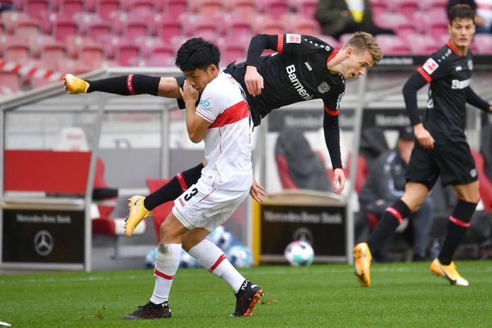 Daley Sinkgraven gaat over de knie tegen VfB Stuttgart.