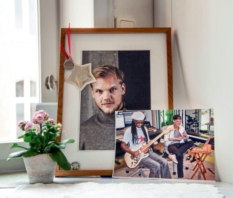 'Thuis bij de ouders van Avicii: in de keuken staat het portret dat werd getoond tijdens de herdenkingsbijeenkomst, met daarnaast de foto waarop hij muziek speelt met Nile Rodgers' Beeld