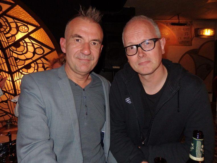 Cafévriend Klaas-Jan Prinsen (l) en Kees van Amstel, collega-cabaretier bij Toomler en columnist van Radio 1. Beeld Schuim