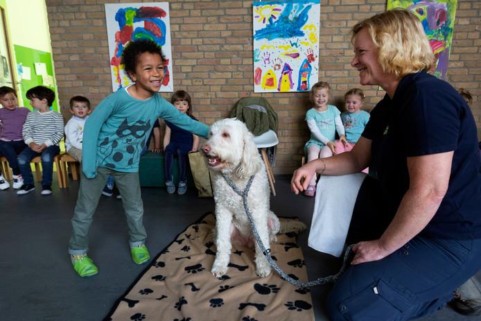 De kinderen vermaken zich prima met hond Jeff, die alle aandacht wel leuk lijkt te vinden. Miranda Penning zorgt dat het allemaal goed verloopt.