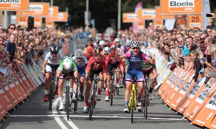 Consonni Chiara uit Italië komt als eerste over de meet in de etappe Nijmegen-Arnhem van de Boels Ladies Tour 2019. In 2020 kon de race vanwege de coronapandemie niet doorgaan.
