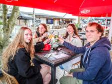 """Terrasje doen op zomerbar DOK, met zicht op kanaal: """"Hopelijk vanaf juni met ruimere openingsuren"""""""