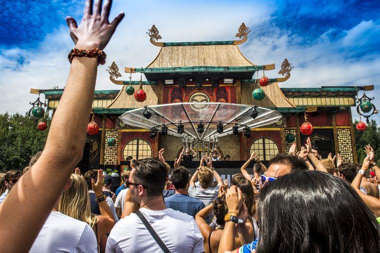 Alvar & Millas spelen ten dans in een Aziatische tempel: met alle Chinezen, maar vooràl Canadezen. Beeld Stefaan Temmerman