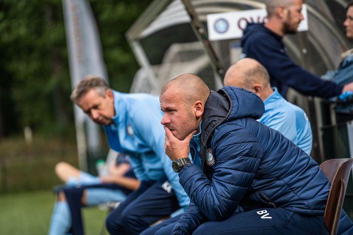 Bastiaan Veldhuizen zit ook volgend seizoen op de bank als trainer van OVC'85.