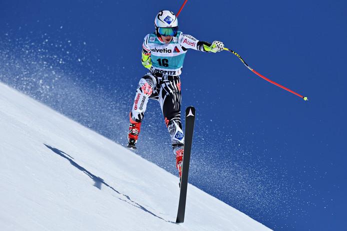 Tina Weirather uit Liechtenstein verliest haar balans tijdens de World Cup van St. Moritz.