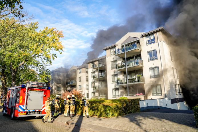 Er woedt een grote brand in een garage in Oosterhout.