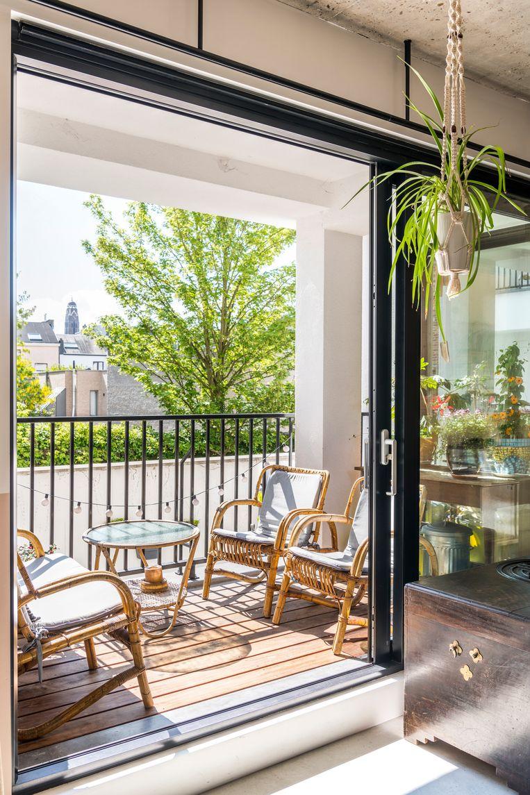 Het terras is Heidi's favoriete plek. De lage opbergkastjes onder het raam doen ook dienst als venster- of zitbank.  Beeld Luc Roymans