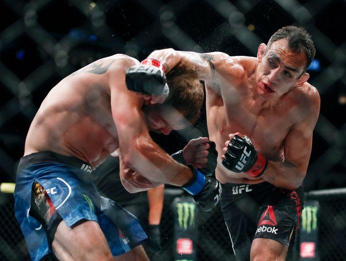 Tony Ferguson (rechts) in gevecht met Donald Cerrone tijdens UFC 238 in Chicago.