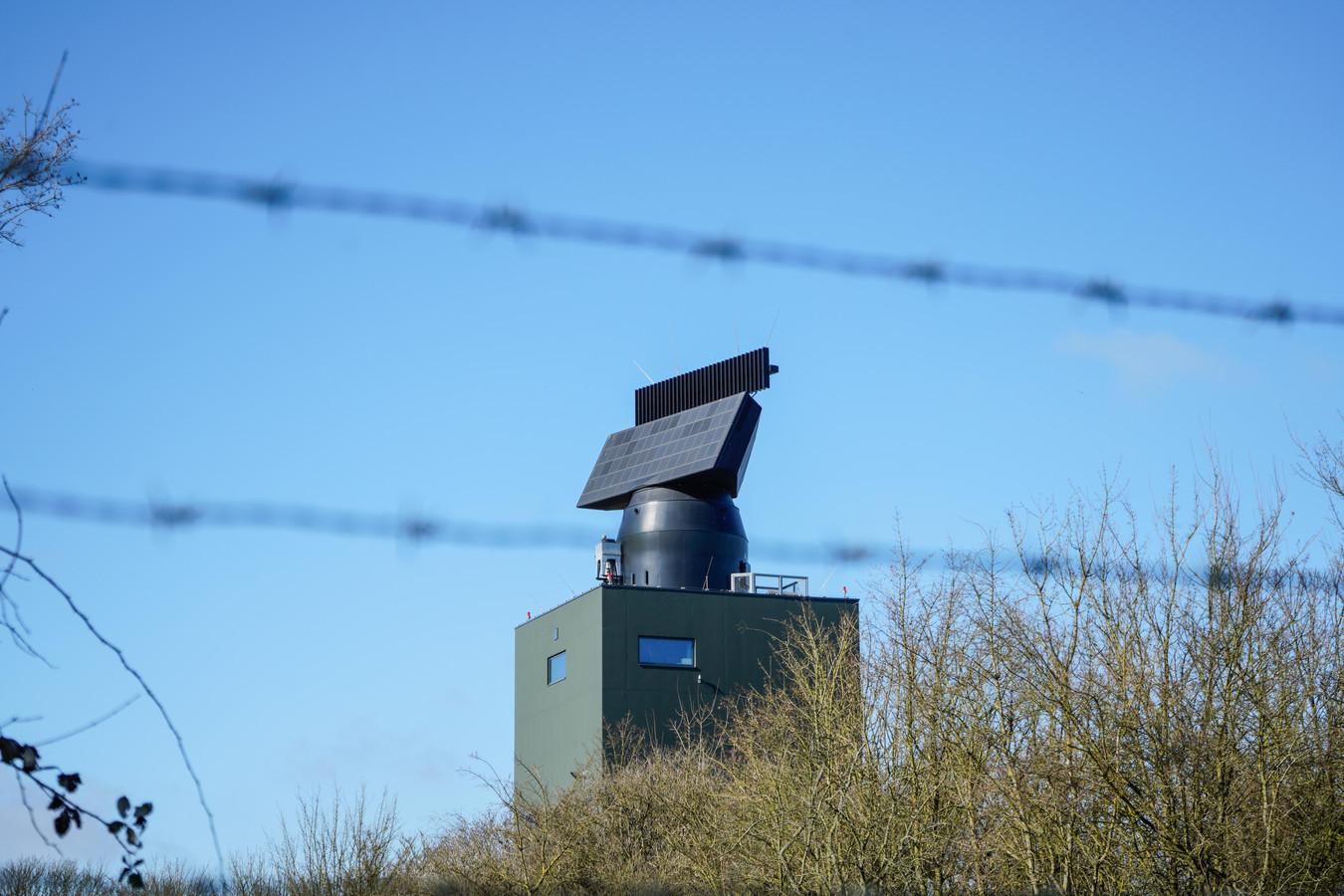De Smart-L-radar van defensie bij het Friese Wier. Eenzelfde exemplaar moet ergens in het midden of zuiden van Nederland komen.