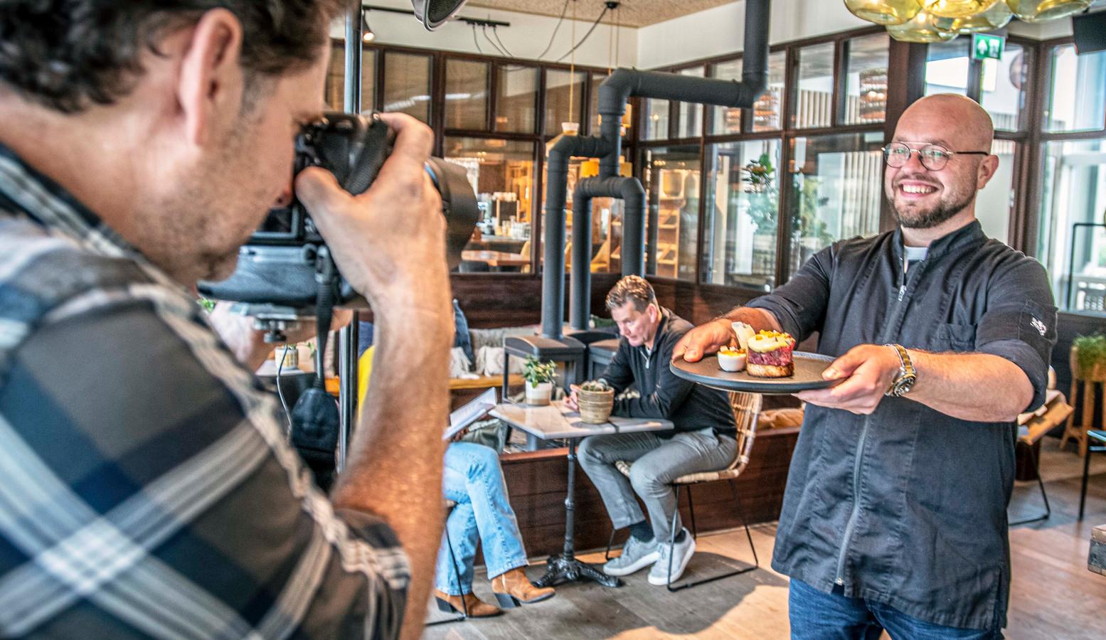 Het gerecht van Chiel van Schaaijk belandt in het lockdown-kookboek, waaraan elke dag een andere kok in een ander restaurant meewerkt. Frans Lahaye legt het vast.
