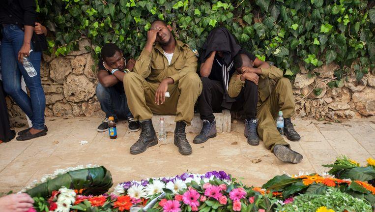 Familieleden en kameraden uit het leger rouwen op de begrafenis van de Israëlische sergeant Mosh Melako die tijdens de strijd op de Gazastrook is omgekomen. Beeld epa