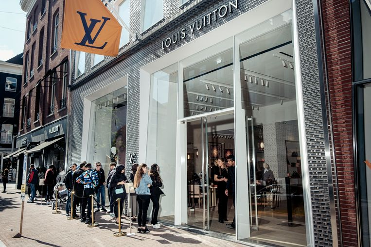 De Louis Vuittonwinkel in de P.C. Hooftstraat. Beeld Jakob Van Vliet