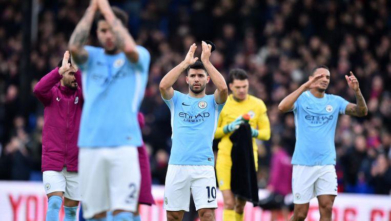 Aanvaller Sergio Aguero (midden) van Manchester City's en zijn team applaudisseren na de wedstrijd tegen Crystal Palace. Beeld afp