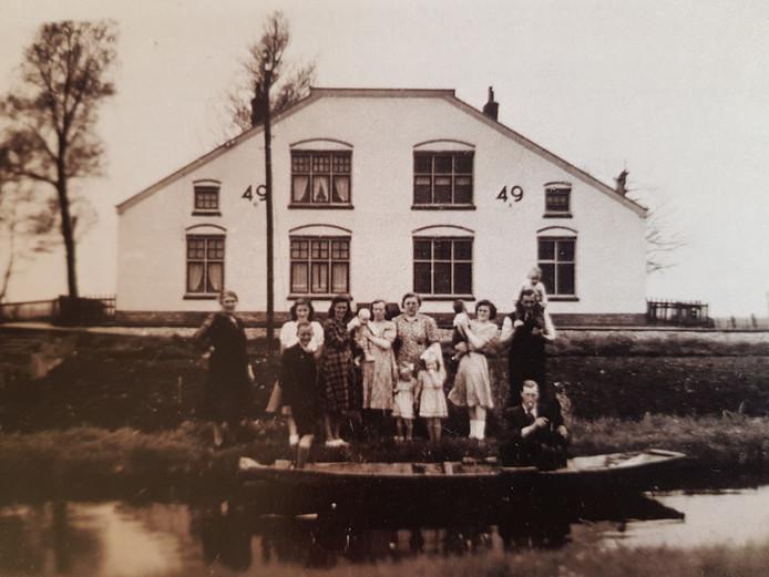 Het gezin Pauw woonde midden in de Demmerikse Polder aan de - inmiddels verdwenen - spoorlijn Vinkeveen - Nieuwersluis.  De oude spoorwoning, waarvan nu alleen nog de fundering rest, wordt opnieuw opgemetseld tot 'ruïne'.