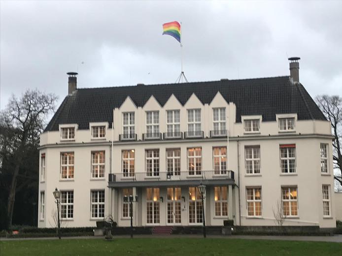 De regenboogvlag wappert boven op het gemeentehuis van De Bilt.