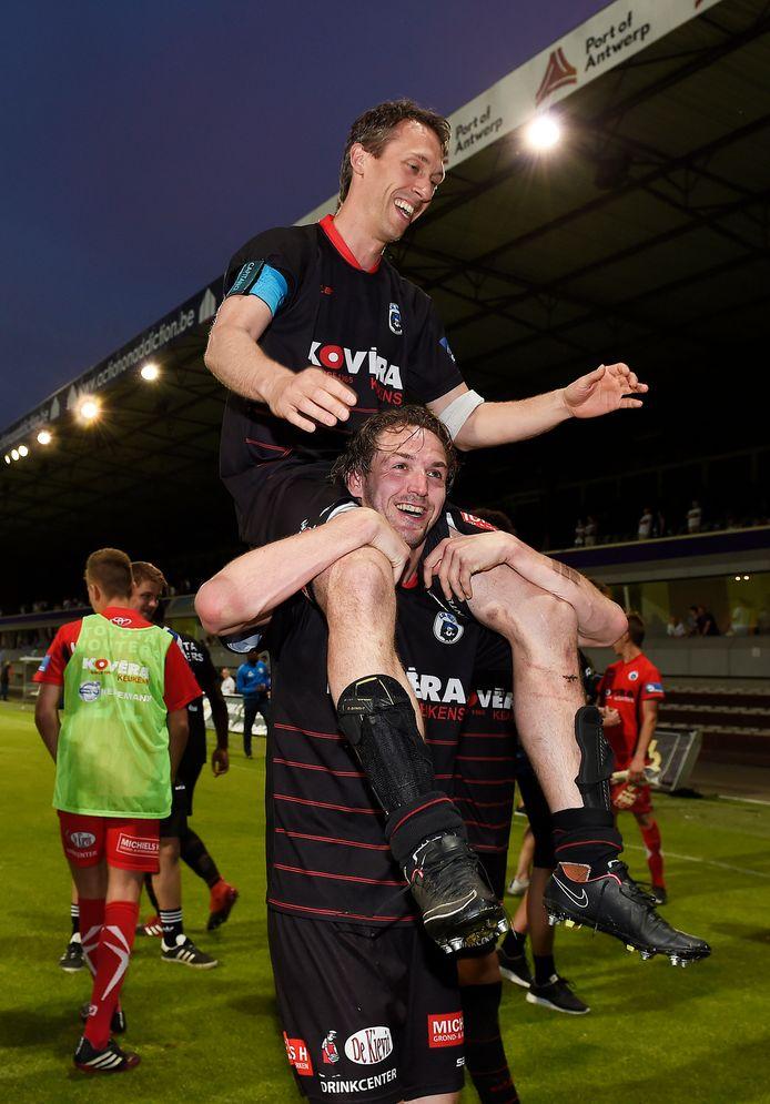 Bart Webers, hier met dat andere clubicoon Roel Grant op de schouders, stopt na 14 seizoenen bij Heist met voetballen.