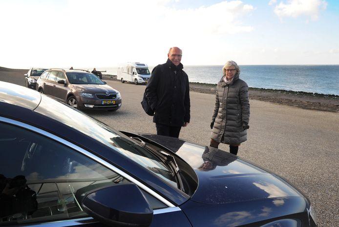 """Maarten en Jenny van Leeuwen willen wel betalen voor parkeren op de zeedijk. ,,Het betaald parkeren neemt steeds meer toe."""""""
