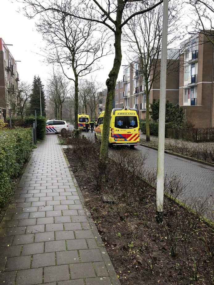 De politie doet onderzoek in de woning waar de vrouw is aangetroffen.