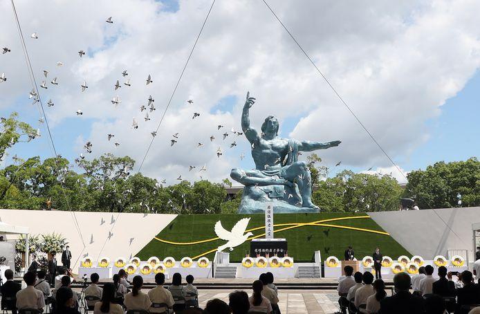 Witte duiven worden vrijgelaten tijdens de herdenkingsceremonie van de atoomaanval op Nagasaki. 76 jaar geleden, op 9 augustus 1945, werd de Japanse stad door een Amerikaanse atoombom verwoest.
