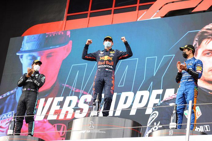 Nummer drie Norris (r) en Hamilton (l) applaudisseren voor Verstappen.