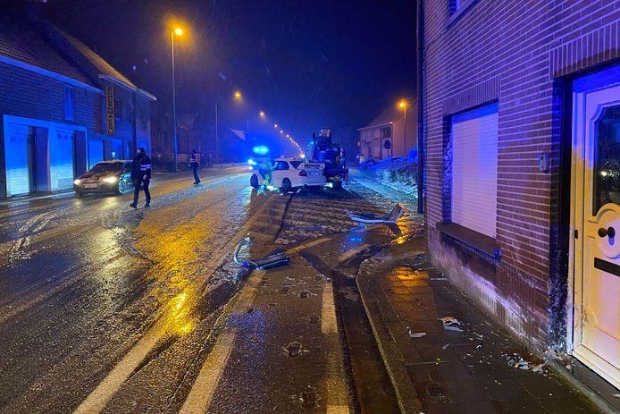 De wagen raakte op de Oudenaardsesteenweg in Bambrugge eerst een huisgevel en regenpijp vooraleer hij tot stilstand kwam tegen een geparkeerde vrachtwagen.