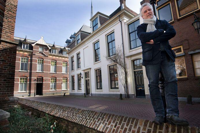 Hans Pool voor zijn huis in de Grote Kerkstraat in Culemborg. ,,Mijn dochters zijn het er niet mee eens dat ik het verkoop.''