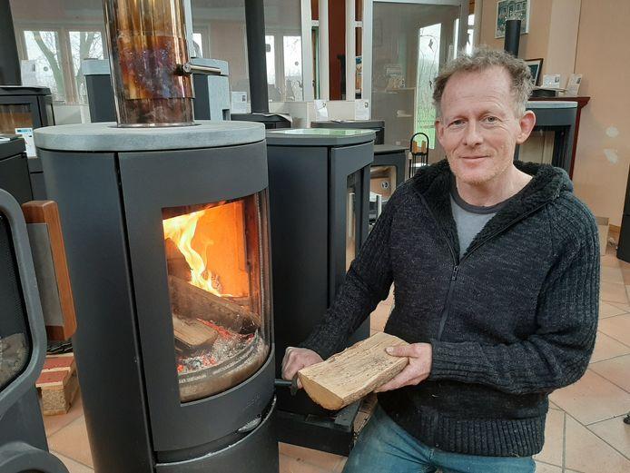 Wijbrand Pauw, eigenaar van kachelwinkel Skantiek in Driel. Over het bestrijden van overlast door houtstook