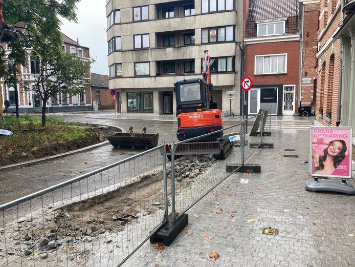De rotonde moet plaatselijk terug opengebroken worden door een gebrek aan ruimte voor bussen en vrachtwagens.