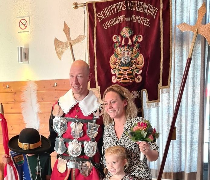 Het Doornenburgse schutterspaar Marcellino en Beua Kummeling, met hun dochter, in het bijbehorende kostuum van Gijsbrecht van Aemstel.