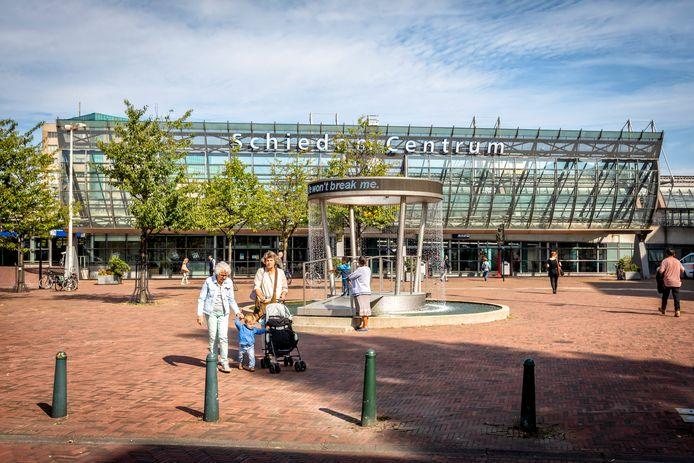 Het Stationsplein in Schiedam nu. 'Een plek waar je snel weg wilt'.