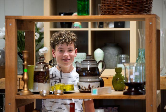 Bento tussen de spullen die hij heeft gesorteerd bij kringloopwinkel 2Switch in Westervoort.