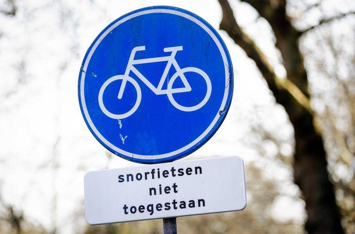 Snorfietsverbod in Amsterdam. Mogelijk wordt zo'n verbod voor rijden op fietspaden op termijn ook in Eindhoven ingevoerd.