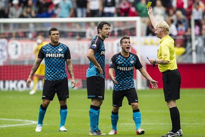 Mark van Bommel (tweede van links) krijgt een gele kaart van scheidsrechter Kevin Blom (R) tijdens het duel FC Utrecht - PSV.